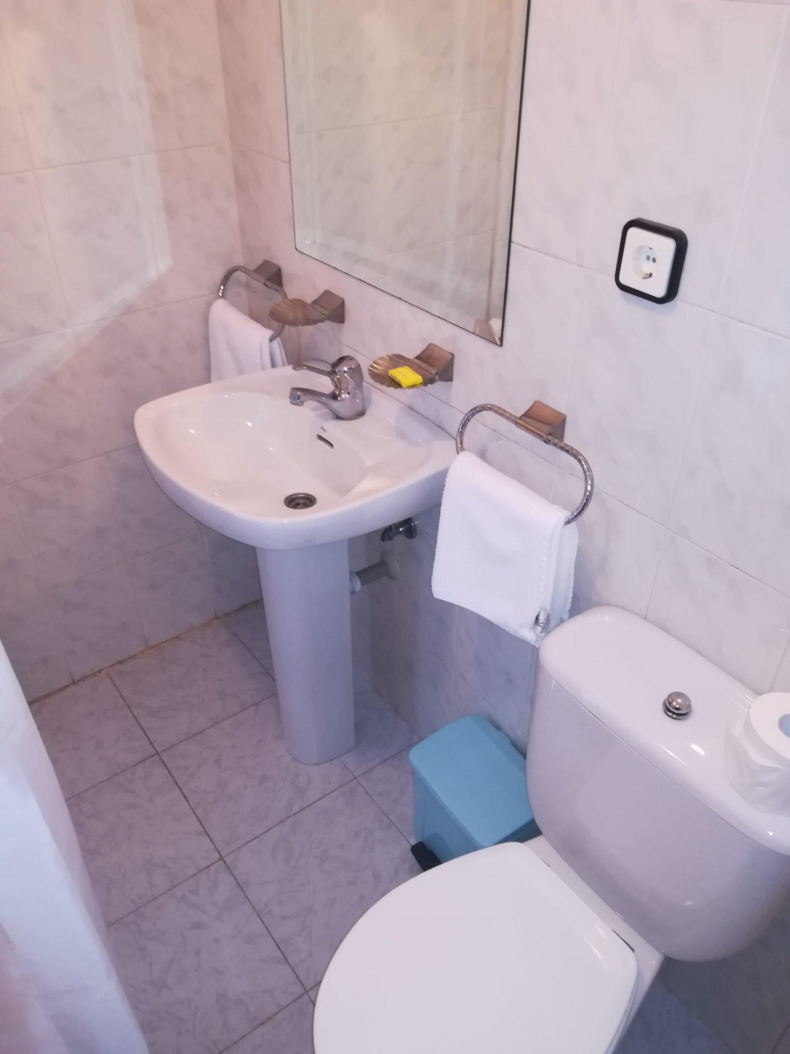 Baño hostal 1